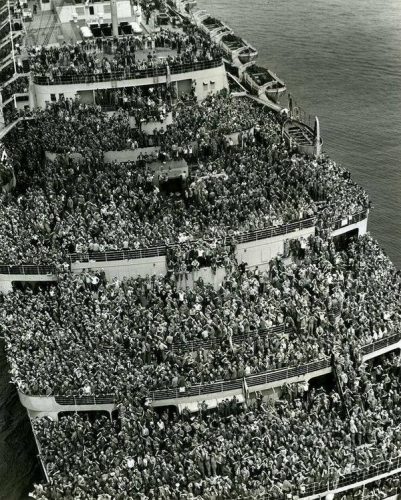 The liner Queen Elizabeth bringing American troops into NY Harbor at the end of WWII 1945.jpg
