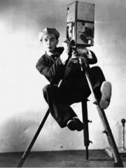 cameraman-buster-keaton-1928-newsreel-camera.jpg