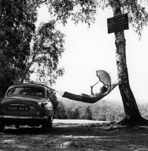 Paulette Dubost pose pour Simca, 1959 - Robert Doisneau.jpg
