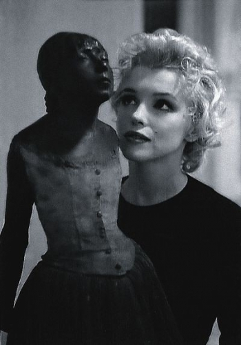 Marilyn Monroe and Degas' work, 1956.jpg